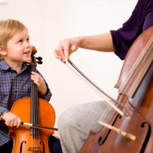 kind lernt Cello