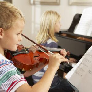 Kind lernt Geige